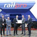 Chris van Dranen en René Harkema (Voestalpine Railpro) ontvangen ECM-certificaat uit handen van het ILT