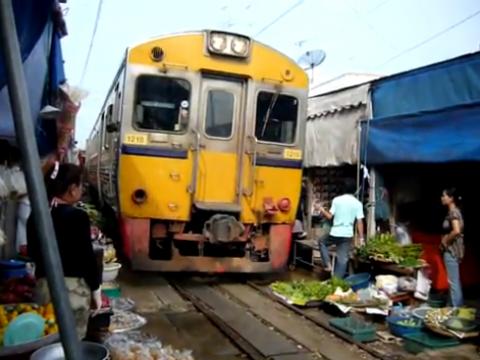 Maeklong market, Thailand, trein