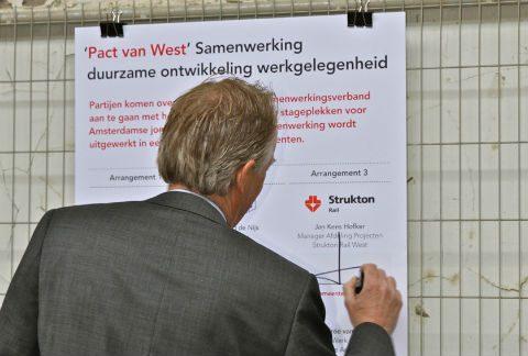 Jan Kees Hofker (links), hoofd projectmanagement, Strukton Rail West,