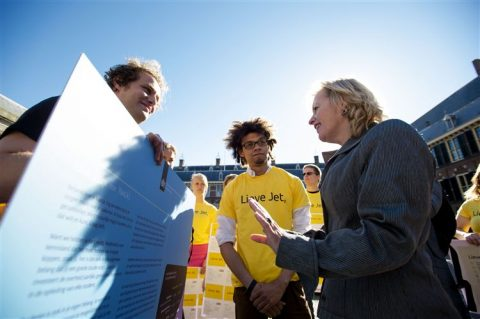 De LSVb overhandigt op het Binnenhof ruim 6000 'lieve kaartjes' aan minister Jet Bussemaker