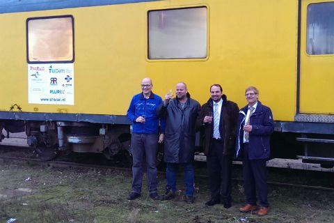 De overhandiging van de meettrein. V.l.n.r.: Jeroen Mooij (Stichting Holland Spoor), Hidde Romeijn (Stichting Historisch Dieselmaterieel), Rolf Dollevoet (TU Delft), Aad van der Zouwen (Eurailscout)