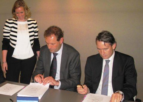 Peter Dijk, directeur Dienst Metro, Frank Hagemeier, directeur Siemens Mobility and Logistics. Foto: Dienst Metro Amsterdam