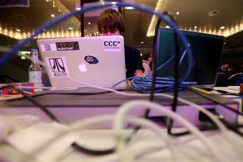 Een deelnemer van het congres 'Chaos Computer Club' voor de hacker scene in Hamburg