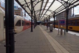 Treinen van Arriva en NS op het station in Groningen