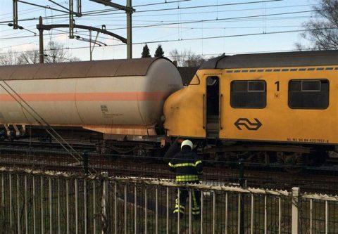 Botsing goederentrein en NS-sprinter in Tilburg