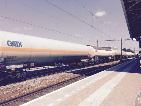 Een goederentrein met gevaarlijke stoffen op station Tilburg Centraal