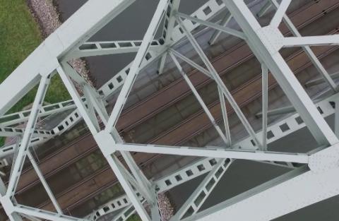 Een drone inspecteert de Rijnbrug bij Arnhem