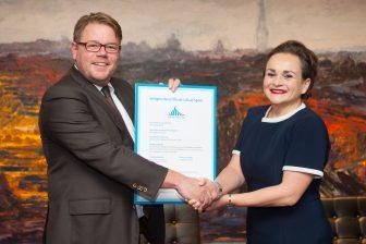 Derk Reneman van de Stadsregio Amsterdam en Alexandra van Huffelen van GVB