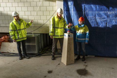Met een druk op de knop wordt de definitieve stroomvoorziening van station Rokin ingeschakeld. Foto: Gé Dubbelman, Noord/Zuidlijn