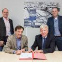 Manager Regiotram Utrecht Harold van Veen en directeur Lex van Seventer van Strukton Systems tekenen het contract
