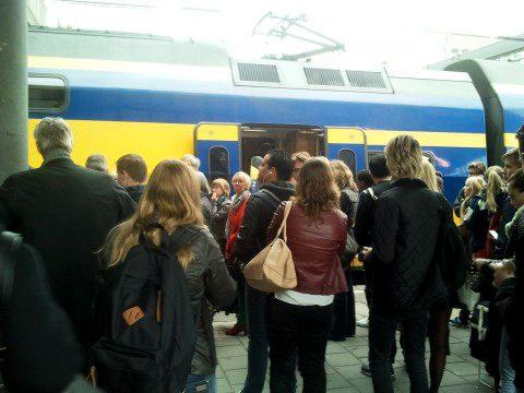 Reizigers, perron, drukte, volle trein