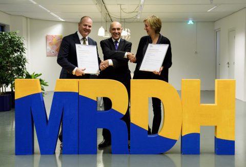 Paul Lorist en Sandra Ikking ontvangen het Veiligheidscertificaat Lokaal Spoor uit handen van vice-voorzitter Tom de Bruijn