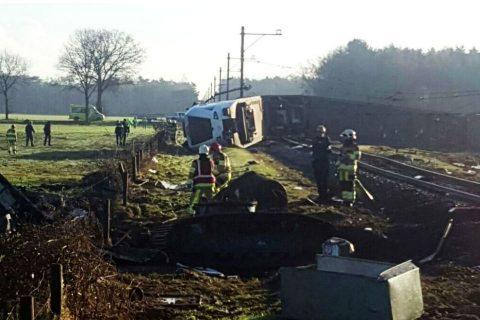 Botsing Arriva-trein met hoogwerker in Dalfsen