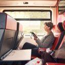 Reiziger in NS-trein maakt gebruik van WiFi