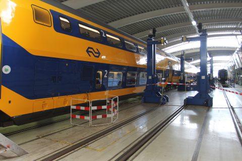 Vernieuwde VIRM-dubbeldekker van NS bij NedTrain in Haarlem