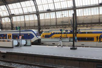 Treinen passeren op Amsterdam Centraal station