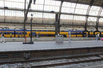 Reizigers, NS-intercitytrein, station Amsterdam Centraal