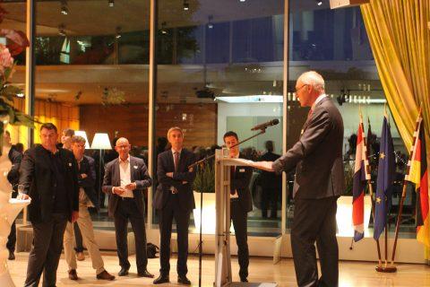 Directeur Ad Toet van KNV op de spoorborrel in de Nederlandse ambassade in Berlijn