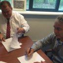 Directeur Luis Contreras van AmePower en directeur Martien Janse van Strukton Rolling Stock ondertekenen de samenwerkingsovereenkomst