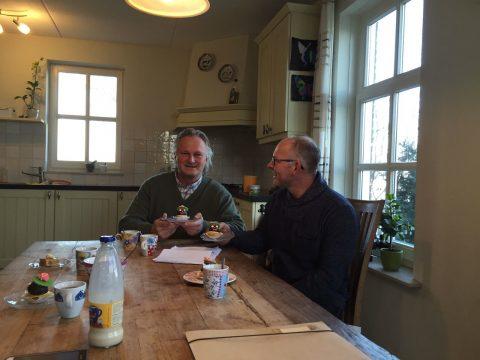 Directeur Pier Eringa van ProRail op bezoek bij de boer in Winsum, foto: ProRail