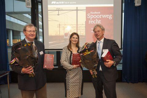 De overhandiging van het Handboek Spoorwegrecht, foto: Kees-Jan Bakker