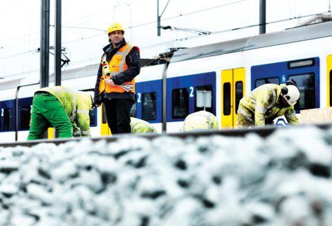 Veiligheidsman bij werkzaamheden aan het spoor, foto: ProRail