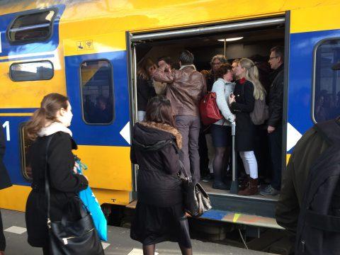 Chaos op het treinstation in Tilburg vanwege een losgeraakt treinstel