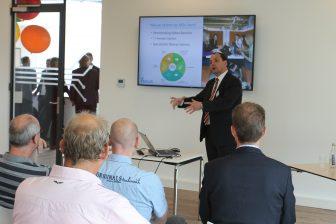Professor Rolf Dollevoet van de TU Delft geeft een presentatie bij het Railcenter in Amersfoort
