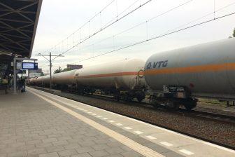 Een goederentrein met gevaarlijke stoffen op treinstation Tilburg Centraal