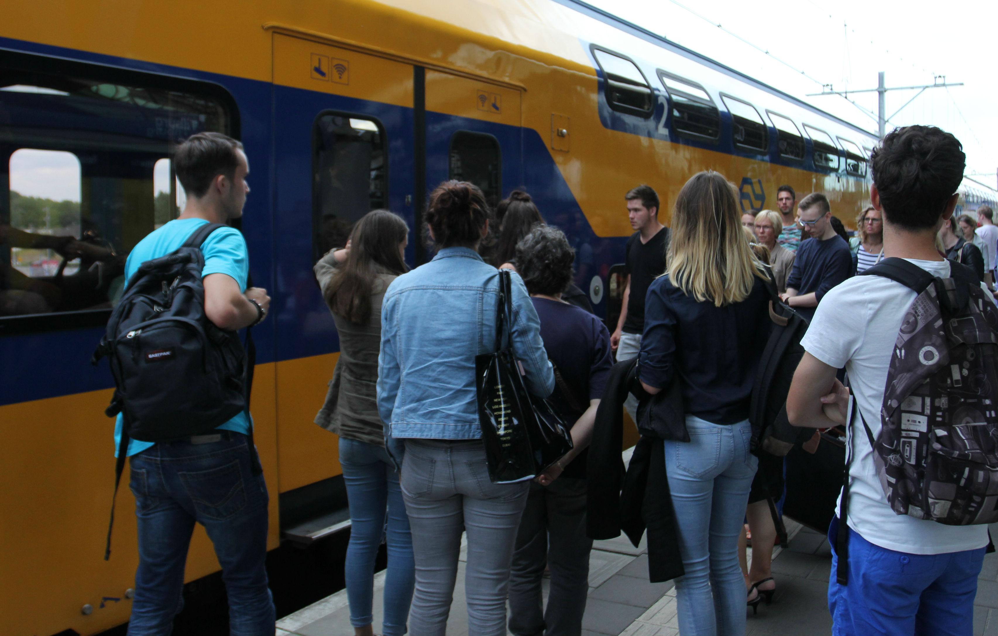 Drukte op het perron op treinstation Tilburg
