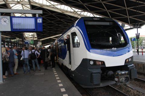 Een Flirt-trein van Stadler op treinstation Tilburg