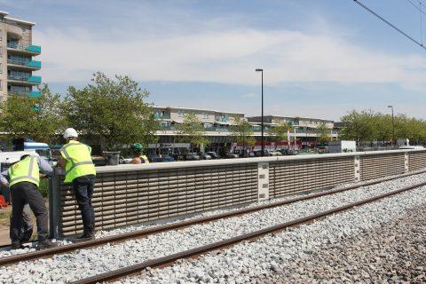 Een geluidsscherm van ETS Spoor langs de Hoekse Lijn