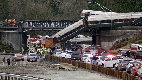 Trein ontspoort en valt op snelweg, foto: Hollandse Hoogte