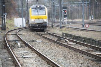 Een trein van NMBS voor een rood sein op het spoor in België, foto: Hollandse Hoogte