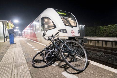 Fietsen onder trein in Friesland. foto: De Vries Media