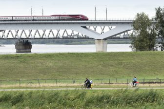 De Thalys rijdt over de hsl-brug/moerdijkbrug/brug Hollandsch Diep over het Hollandsch Diep. Foto: Hollandse Hoogte.