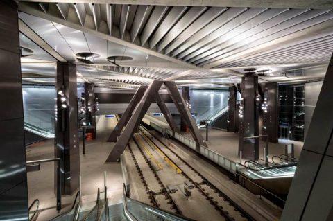 De 'kathedraal' van de Noord/Zuidlijn met op de achtergrond het metrostation onder de sporen van Amsterdam Centraal, foto: Gé Dubbelman