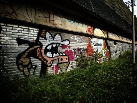 Graffiti op een muur bij het spoor