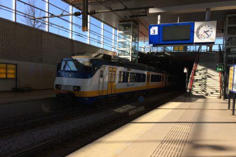 Een NS-sprinter in de het treinstation van Barendrecht