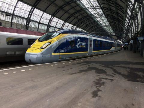 De Eurostar e320 hogesnelheidstrein van Siemens komt aan op Amsterdam Centraal