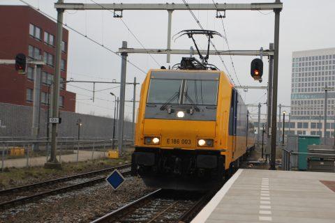 Traxx-locomotief op station Breda