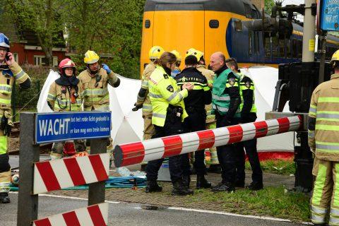 Auto en trein botsen op spoorwegovergang in Bussum, foto: AS Media