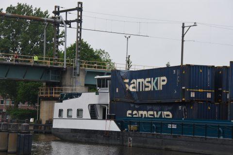 Containerschip ramt spoorbrug, treinverkeer gestremd, Gouwekanaal in Gouda. Bron: AS Media