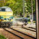 De Belgische spoorbeheerder Infrabel heeft een locomotief expres tegen een auto laten botsen