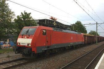 Een goederentrein van DB Cargo in Tilburg
