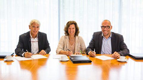Jan Tournois, directeur Pilz Nederland, Karin Sluis, algemeen directeur Witteveen+Bos en Anton van der Sanden, directeur Transport en Planning Royal HaskoningDHV ondertekenen de samenwerkingsovereenkomst