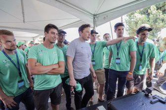 Elon Musk staat bij Delftse Hyperloop II-team