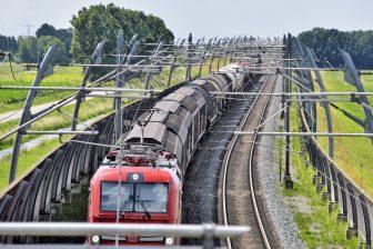 Een goederentrein rijdt over de betuwelijn naar Duitsland, foto: Hollandse Hoogte