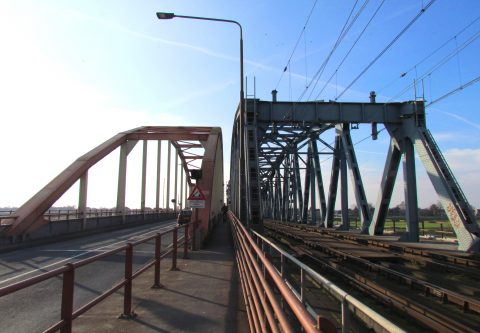 Oude IJsselbrug bij Zutphen. Bron: By Apdency [CC0], from Wikimedia Commons