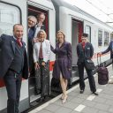 Staatssecretaris Stientje van Veldhoven zwaait NS-directeur Roger van Boxtel en ProRail-topman Pier Eringa uit die met een snelle intercity naar InnoTrans in Berlijn gaan